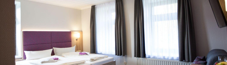 Foto Blick in ein Hotelzimmer mit Doppelbett