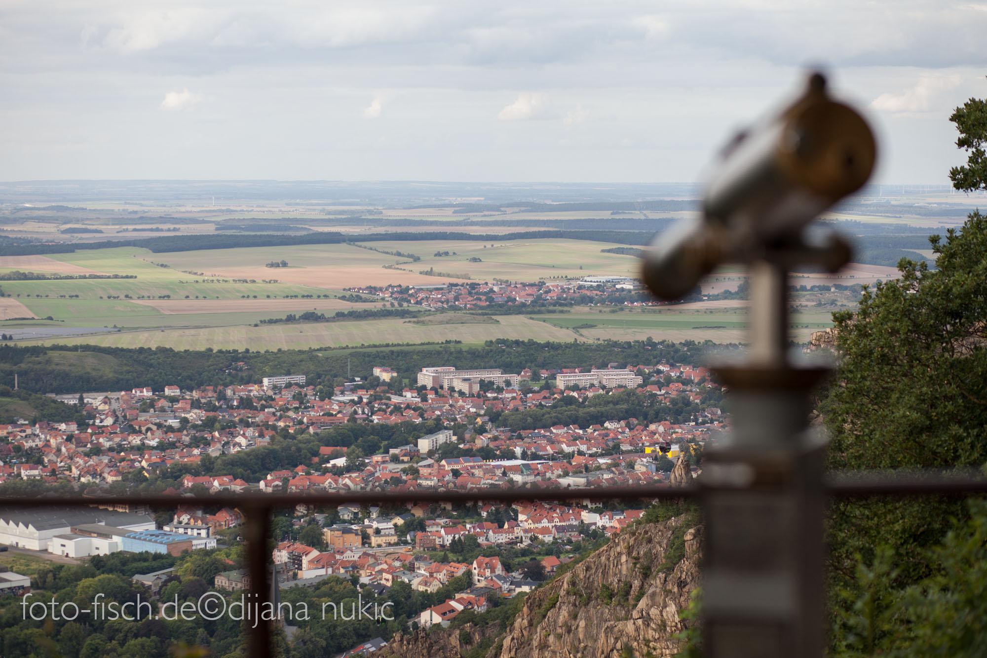 Foto von Fernglas im unscharf im Vordergrund, der Ort Thale scharf im Hintergrund